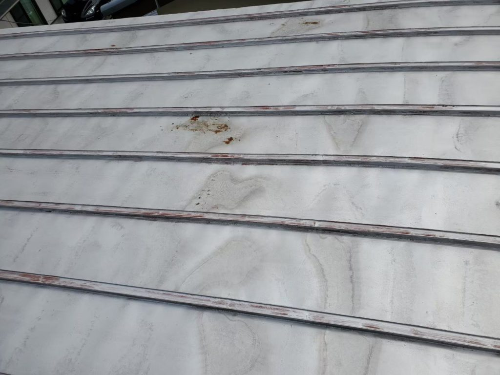 【屋根】塗膜が痛み錆が発生しています。