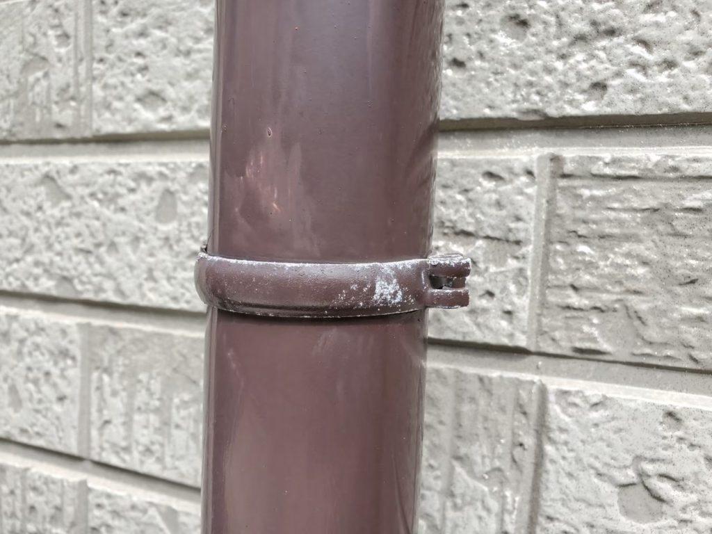【竪樋】擦れたような傷が付いており、でんでんの塗装も剥がれています。