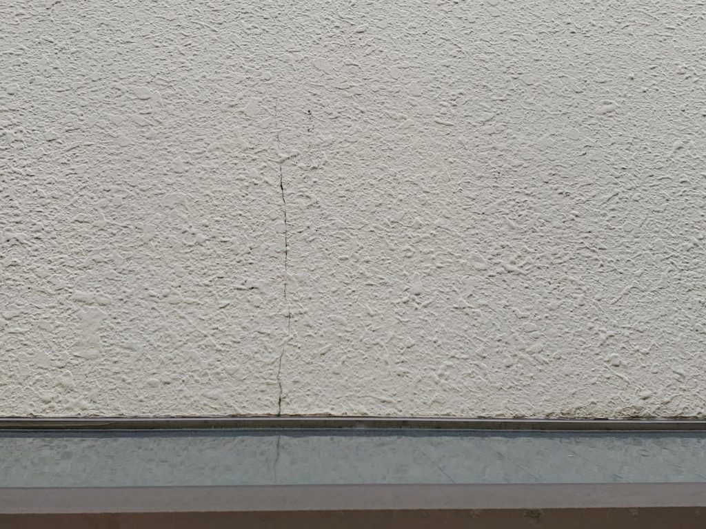 【外壁】亀裂発生が発生しています。