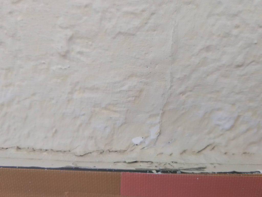 外壁亀裂を補修致しました。