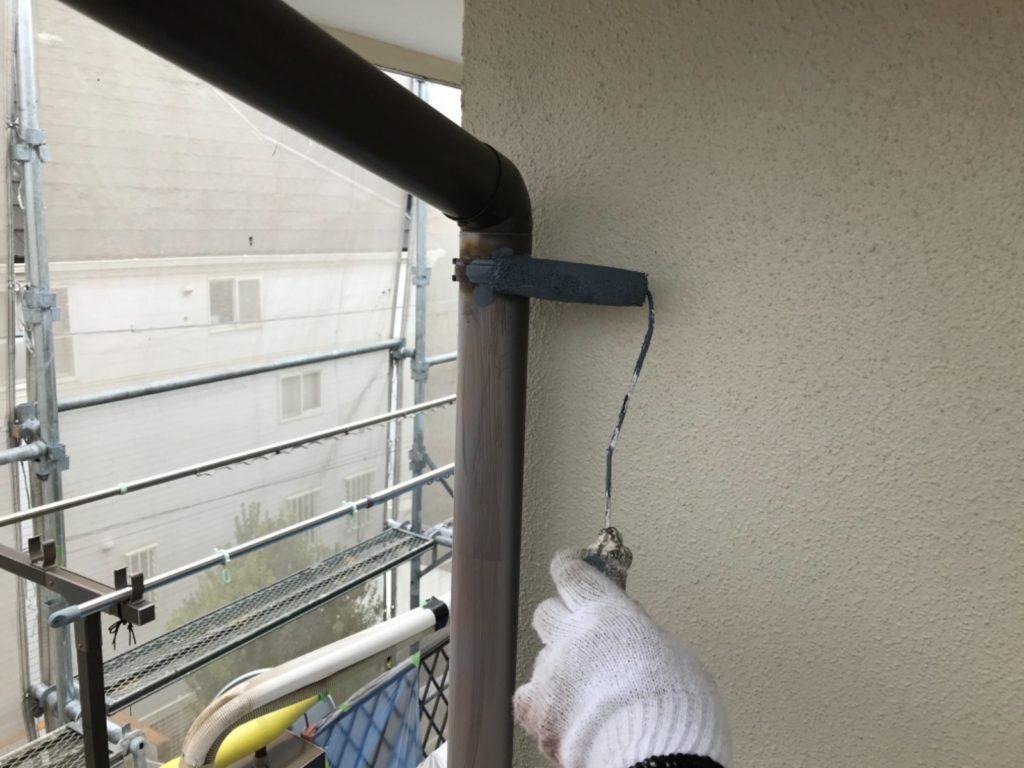 竪樋でんでんに錆止めを塗布しています。