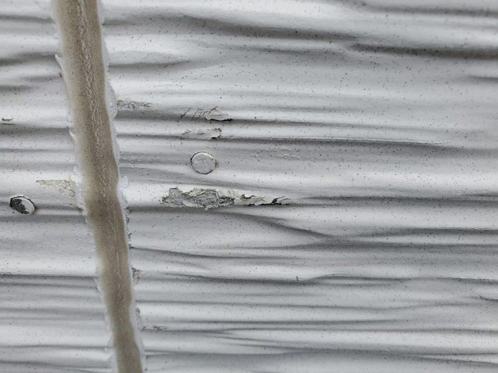 外壁塗膜剥がれ、シーリング劣化しています。