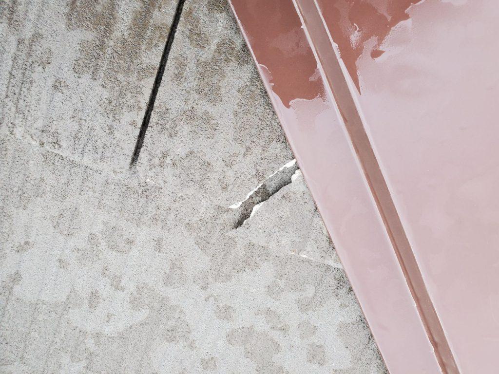 屋根破損。