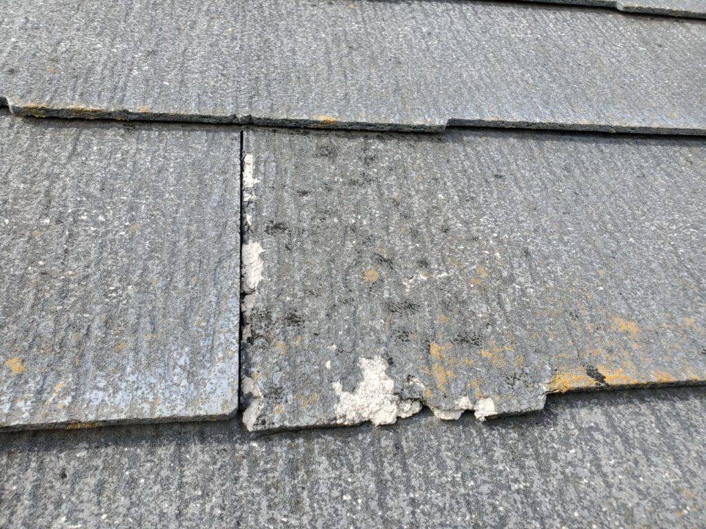 屋根塗膜が剥がれています。